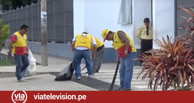 Mototaxistas realizan limpieza en frontis de Hospital Regional de Tarapoto