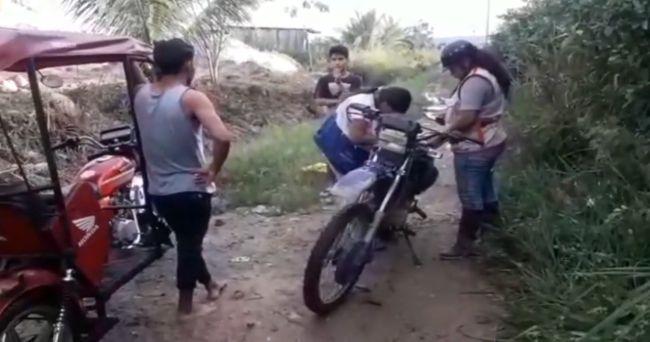 Multan a conductores por lavar sus vehículos en un canal de riego