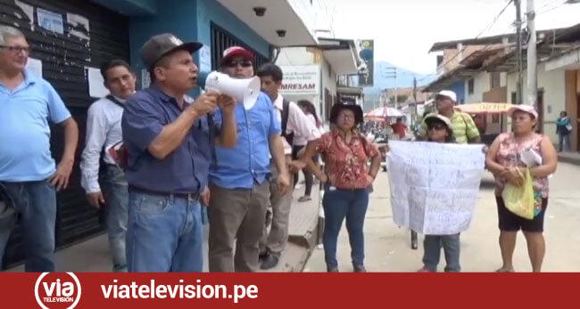 Protestan frente a la Ugel San Martín por condicionamiento de matrículas