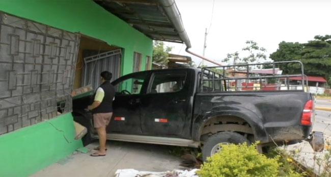 Se salvan de milagro, camioneta se empotra contra vivienda