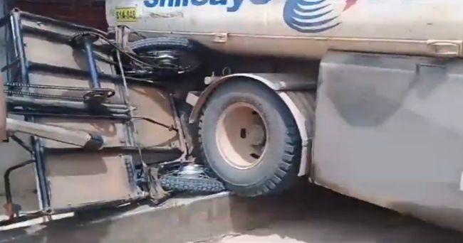 Cisterna sin frenos impacta con trimóvil y afecta una vivienda