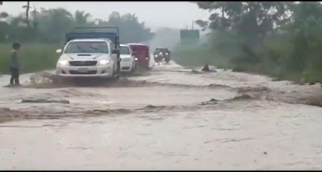 Quedaba inunda carretera Fernando Belaúnde Terry sur altura de la UCV