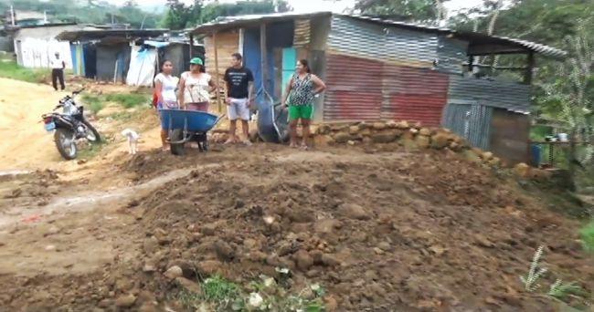 Denuncian a vecino por rellenar cuneta para construir vivienda