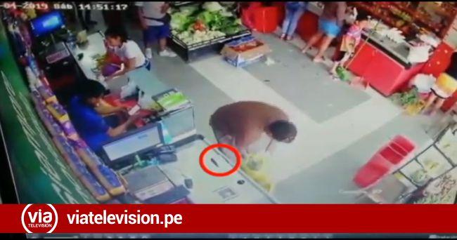 Cámaras graban a sujeto hurtando billetera de cliente de minimarket