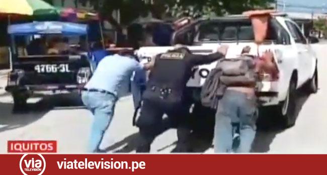 Asaltante y víctima empujan patrullero que se malogró cuando iban a la comisaría