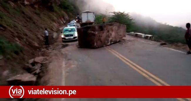 Inmensa roca se desprende y obstaculiza tránsito vehicular