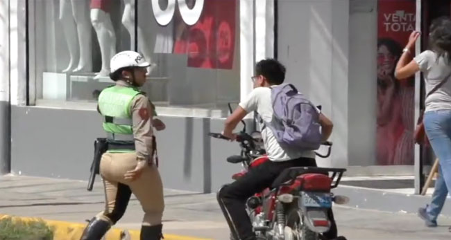 Imponen papeletas a motociclistas que no llevaban casco de protección