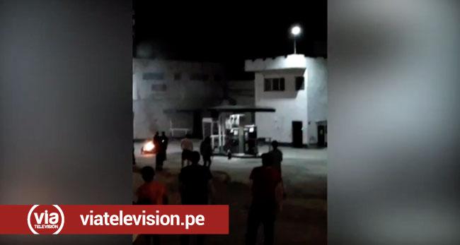 Motocicleta se incendia en grifo del centro de Tarapoto