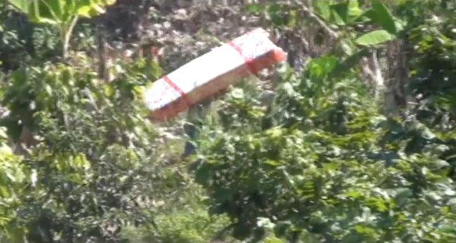 Por zona del derrumbe pasajeros caminan por parcelas de cacao para hacer trasbordo