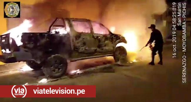 Moyobamba: camioneta se incendia frente a vivienda de su propietario