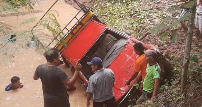 Despiste de camioneta deja doce personas heridas en la provincia El Dorado