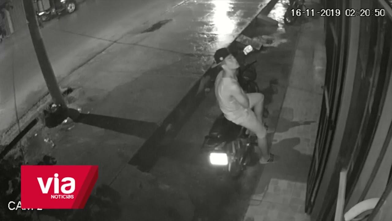 Cámara de vigilancia graban a delincuente hurtando motocicleta
