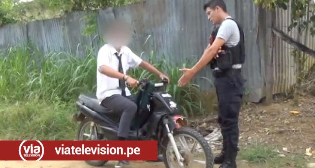 Padres de familia justifican a hijo que conducía moto lineal sin portar documentos