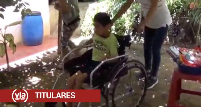 Adolescente con parálisis cerebral recibe de manos unidas una silla de ruedas