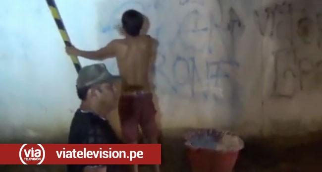 Adolescentes borran pintas realizadas por integrantes de las barras bravas