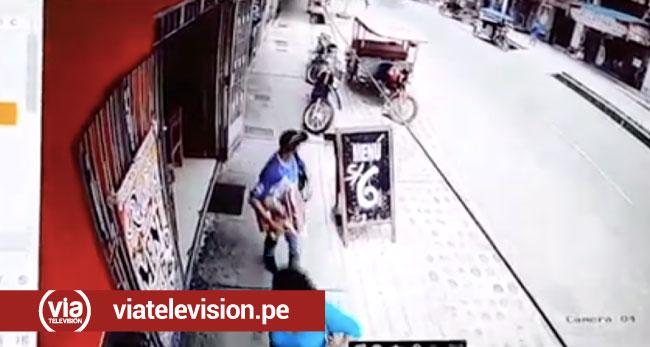 Cámara de vigilancia graba a sujeto hurtando artefacto electrodoméstico