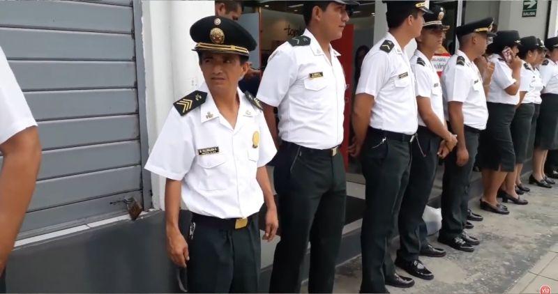 Joven sordomudo viste uniforme de la Policía Nacional durante desfile