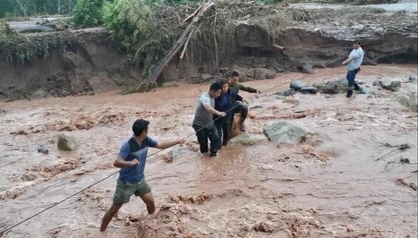 Fuerte lluvia deja 2 niños fallecidos y PNP rescata a personas atrapadas cerca de un río