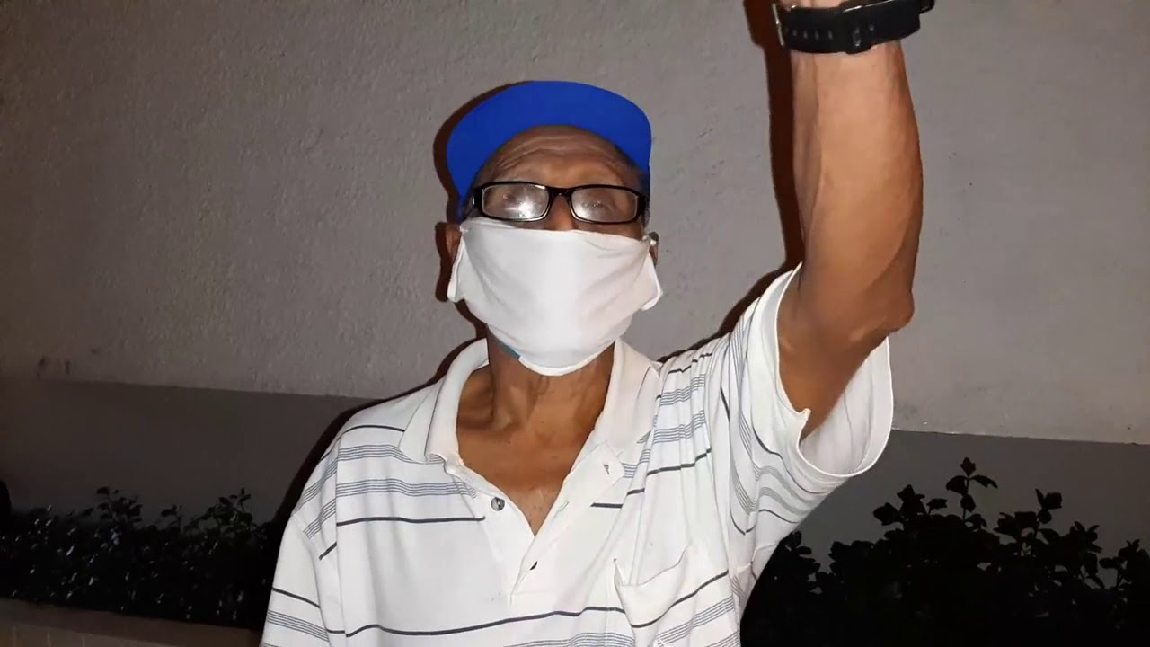 Anciano que llegó a media noche  al banco conmueve a policía