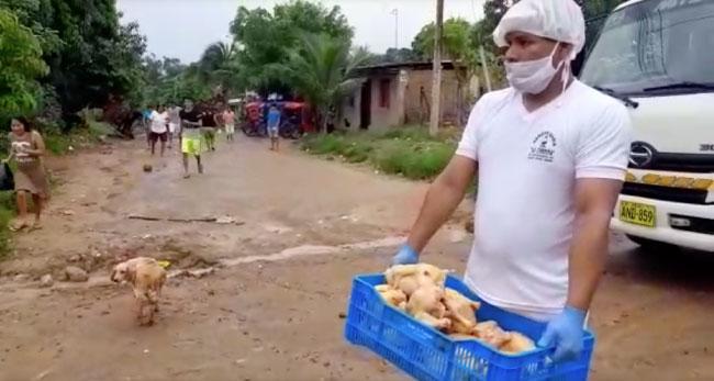 Empresa La Campiña dona pollos eviscerados familias de bajos recursos