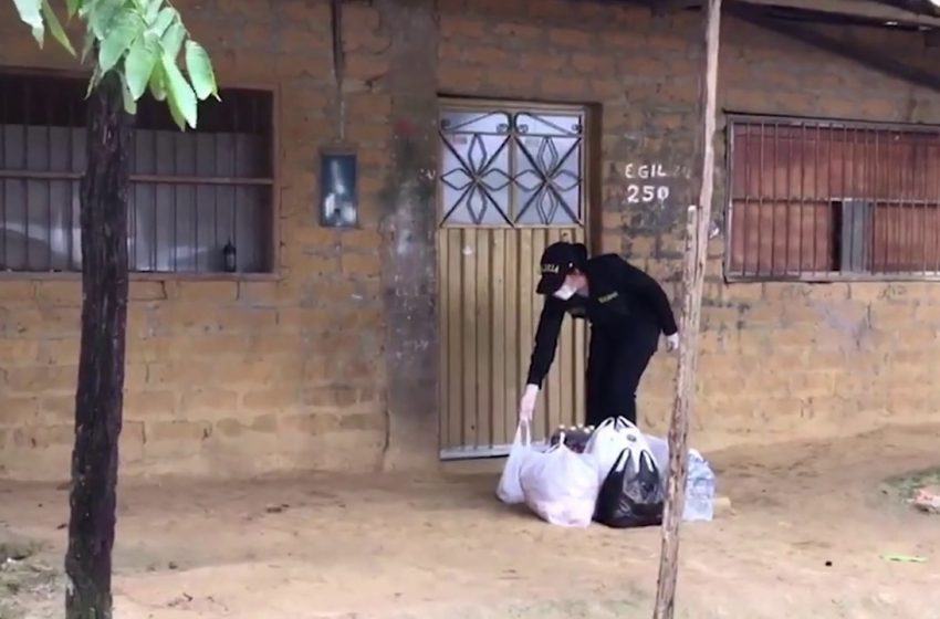 Tarapoto: PNP entrega ayuda a familia aislada por sospecha de COVID 19
