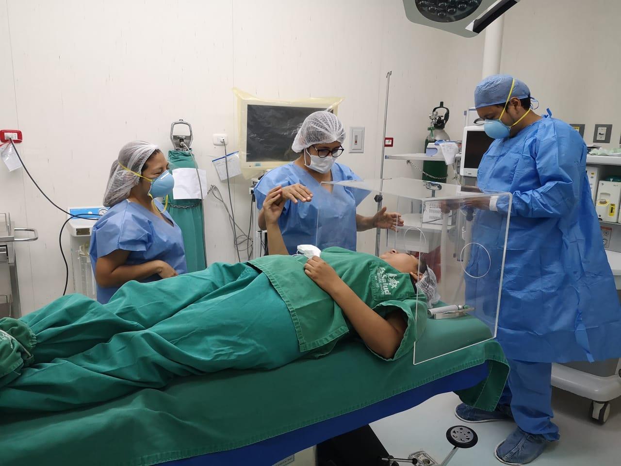 EsSalud Tarapoto confecciona caja de intubación para pacientes con COVID-19