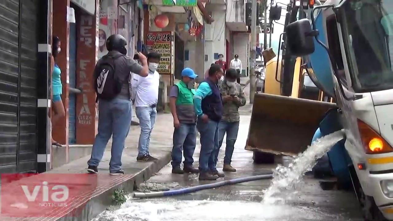 Tarapoto: camión cisterna de emapa se hunde en céntrica calle de la ciudad