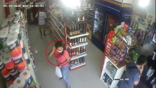 Cámara de vídeo vigilancia capta a delincuentes hurtando en minimarket