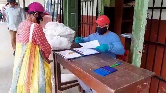 Verifican normas de salubridad durante entrega de material escolar