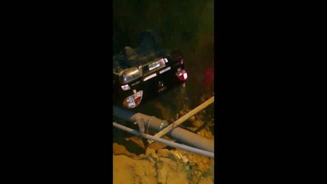 Automóvil con dos personas cae a barranco de dos metros de profundidad