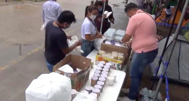 Universitarios y Manos Unidas unidas brindan alimentos a familiares de pacientes