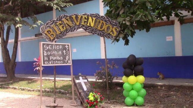 Pobladores de Juanjui reciben  A gobernador regional con pancartas y ataúd