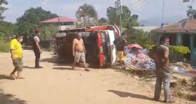Camión se despista por mal estado de la calle en el barrio Sachapuquio