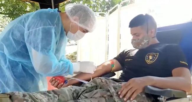 Miembros de la Tercera Brigada de Fuerzas especiales donan sangre