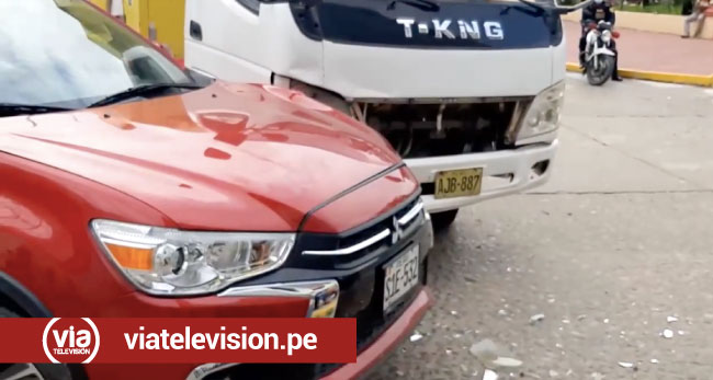 Choque de vehículos deja daños materiales en pleno centro de Tarapoto