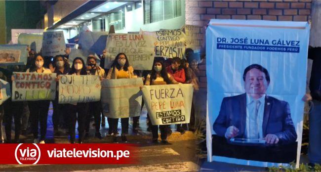Simpatizantes hacen vigilia por Pepe Luna, fundador de Podemos Perú quien continúa en UCI
