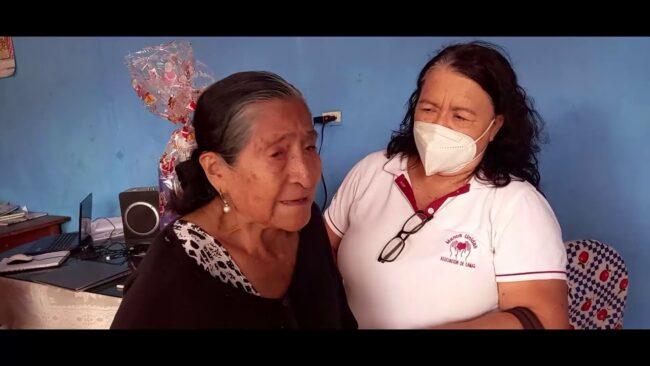Brindan apoyo a abuelita de bebe que gateaba cerca al cuerpo de su madre asesinada