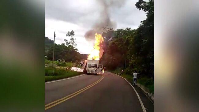 Camión se incendia en carretera FBT cerca de Pacayzapa