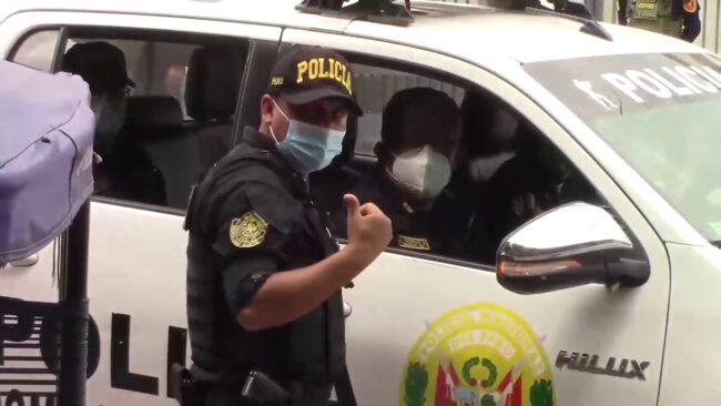 Personal policial brinda seguridad durante el traslado de las vacunas COVID-19