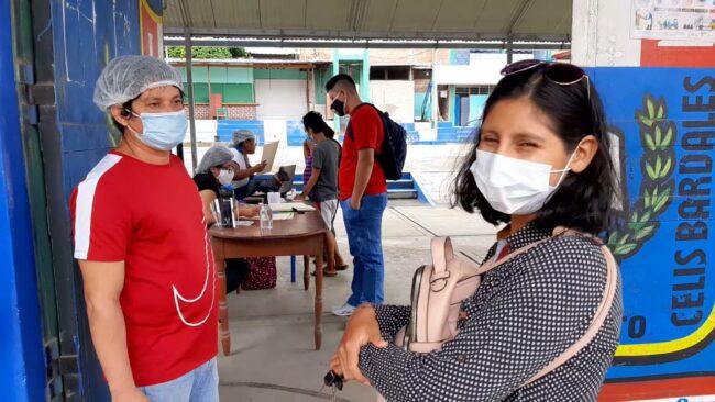 Cumpliendo protocolos entregan  alimentos Qali Warma a madres de colegios