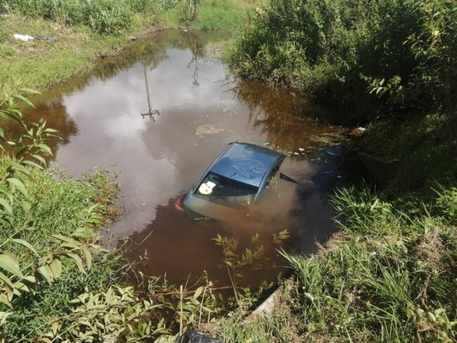 Rioja: auto se despista y termina dentro de canal de riego con todos sus ocupantes