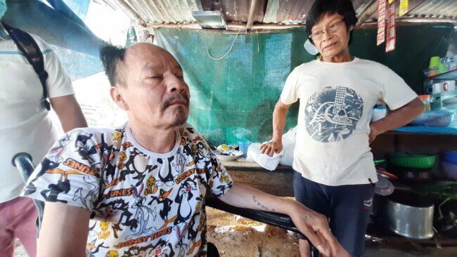 Hombre que perdió la pierna por diabetes recibe silla de ruedas