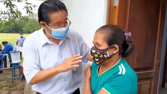 Moradores de Santa Rosa de Cumbaza reciben vacunas contra el covid 19