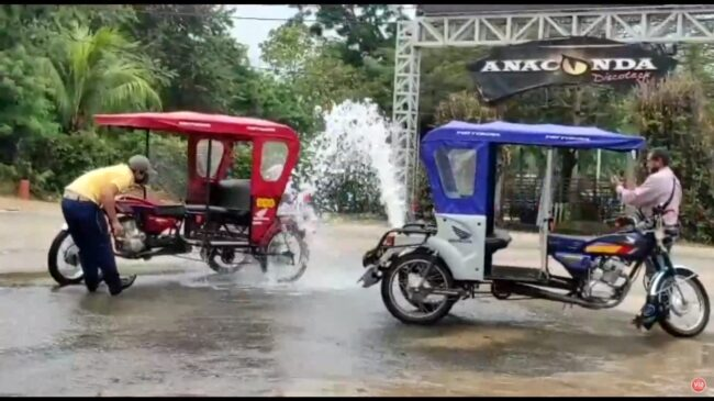 Mototaxistas aprovechan purga de agua potable para lavar su vehículos