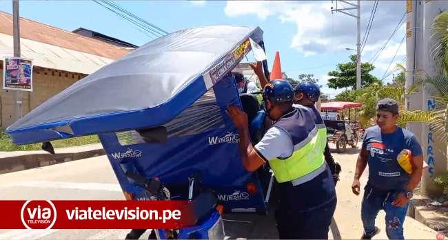Choque de motocar y camión deja a trimovil con daños materiales de consideración
