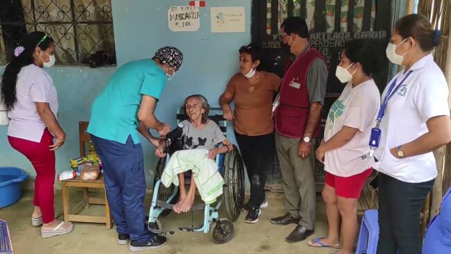 Brindan apoyo médico a anciana postrada desde hace varios meses